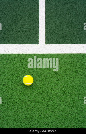 Balle de tennis sur cour Banque D'Images