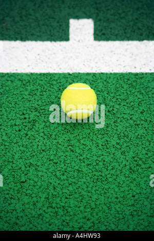 Balle de tennis sur le court de tennis Banque D'Images