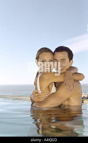 Young couple embracing in pool Banque D'Images