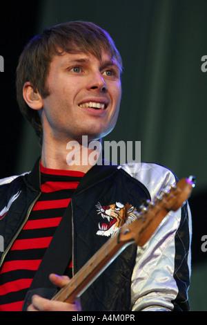 Franz Ferdinand, Alex Kapranos joue à V2005 Banque D'Images