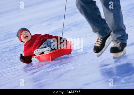 Tirant sur la glace de l'enfant Banque D'Images