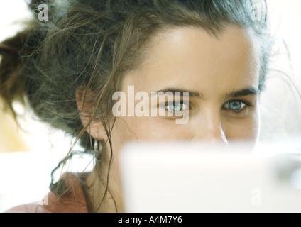 Jeune femme, le visage partiellement masqué Banque D'Images