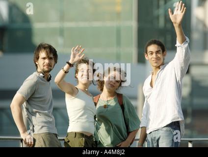 Groupe de jeunes agitant Banque D'Images