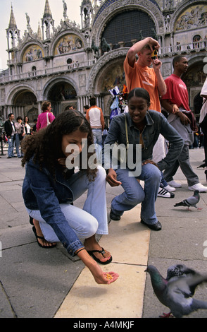 Italie Venise nourrir les pigeons à Piazza San Marco aka Saint Mark s Square Banque D'Images
