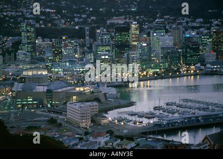 Le Musée Te Papa Marina et les lumières de la ville dans la soirée de l'Île du Nord Wellington New Zealand Pacific Banque D'Images
