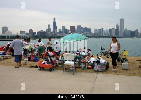 Les gens pique-nique à Chicago par le lac Michigan en prévision de la célébration du 4 juillet Banque D'Images