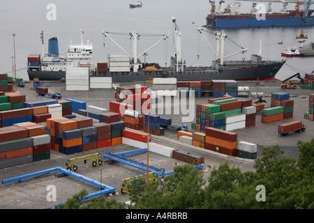 Navire à quai et pleine de contenants d'expédition dans un port de conteneurs - Valparaiso au Chili Banque D'Images