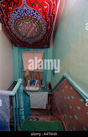 Décorées dans d'escalier inhabituellement maison squatté