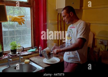 Résident de longue durée repas cuisine à St Agnes Lieu Squat dans Kennington Londres .