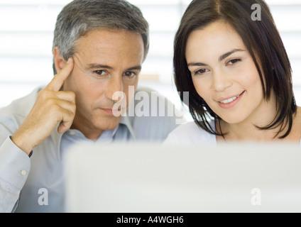 L'homme et de la femme à l'aide d'ordinateur Banque D'Images