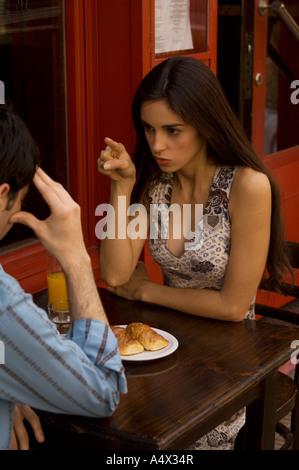 Plus de couple petit-déjeuner à la terrasse d'un café