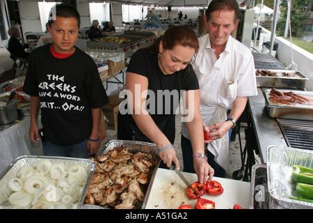 Coral Gables Miami Floride Saint Sophia cathédrale orthodoxe grecque mère fils hispanique Festival leçon de cuisine Banque D'Images