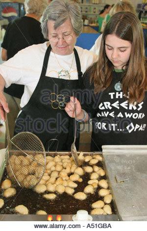 Coral Gables Miami Floride Saint Sophia cathédrale grecque orthodoxe faire grand-mère loukoumades Festival teen Banque D'Images