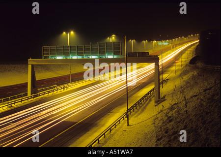 Le trafic de sentiers de projecteur sur l'A1 autoroute m1 en hiver la nuit près de Leeds UK