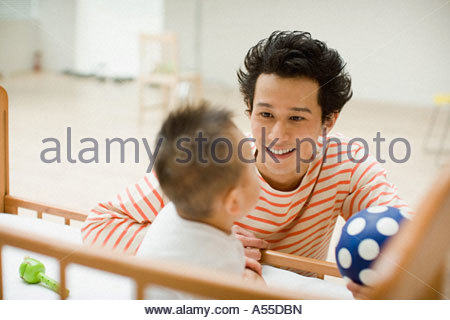 Père à fils en crèche à Banque D'Images