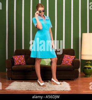 Femme en face du canapé Banque D'Images