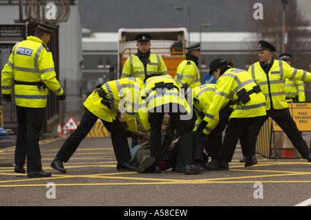 Arrestation Police protestataires à Faslane base Nava Banque D'Images