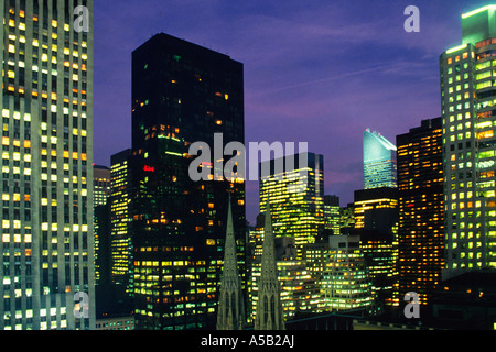 New York City Manhattan Fifth Avenue Skyline at nuits avec Office phares sur USA Banque D'Images