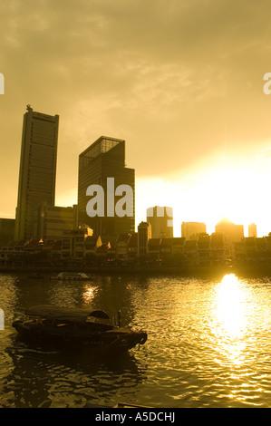 Stock photo des gratte-ciel du centre-ville de Singapour et un voyage dans le port au coucher du soleil Banque D'Images