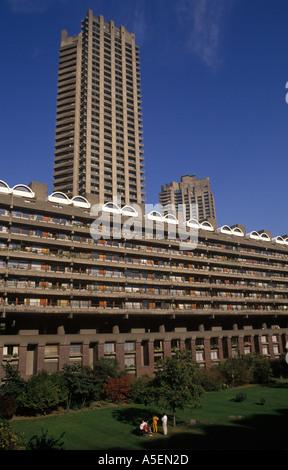 Ville de London Barbican family group dans les jardins communs du complexe de logements Barbican PHOTO HOMER SYKES Banque D'Images