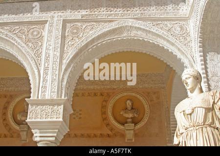 La Casa de Pilatos Patio Principal avec Statue de Athenae et bustes de Séville Andalousie Espagne l'Emporers Romain Banque D'Images