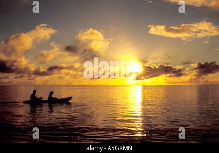 Kayak au coucher du soleil, Polynésie Française