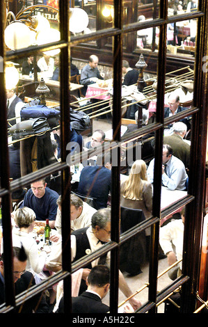 PARIS, France, l'intérieur Chartier Brasserie traditionnelle française Restaurant Les gens dans la salle de réflexion Banque D'Images