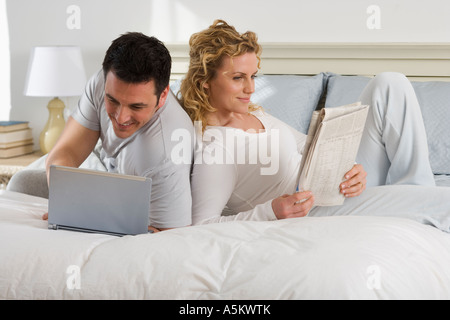 Couple relaxing on bed Banque D'Images