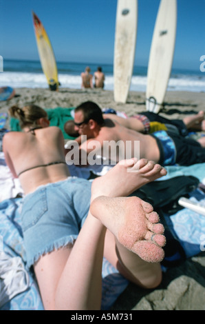 Les adolescents et les étudiants profiter de la chaleur du soleil sur une plage de la californie du sud Banque D'Images