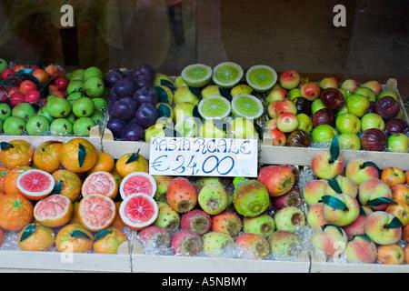 Vitrine Frutta di Martorana: en forme d'amande de couleur vive et colorée comme limes grenades pamplemousse Banque D'Images