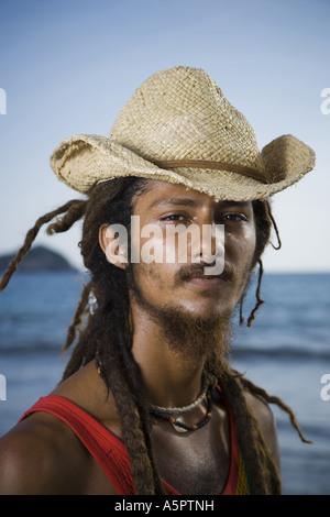 Portrait d'un jeune homme portant un chapeau de paille Banque D'Images