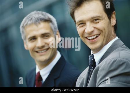 Deux hommes d'affaires, tête et épaules, portrait Banque D'Images