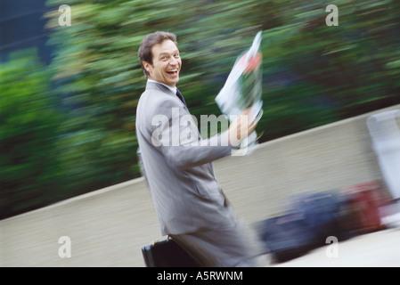 Businessman carrying bouquet de fleurs Banque D'Images