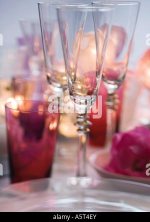 Verres de champagne sur table set Banque D'Images