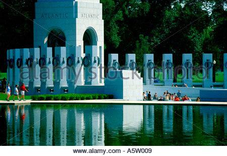 Piliers et le Pacifique de la World War II Memorial à Washington DC, sont reflétées dans le miroir d'eau Banque D'Images
