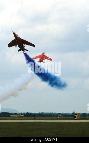 Deux avions à traverser au cours des flèches rouges air afficher Banque D'Images