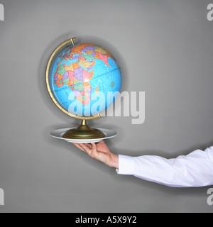 Waiter holding plaque avec globe.