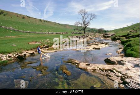 River Wharfe exécutant plus de calcaire, Langstrothdale, Wharfedale, Yorkshire Dales National Park, North Yorkshire, Banque D'Images