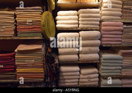 ... Les produits textiles de coton dans un magasin Grandbazaar Istanbul  Banque D Images 8c82a1a66a0
