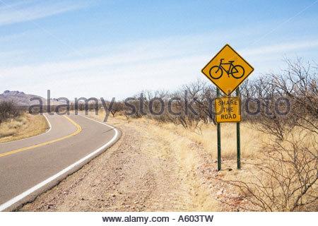 Panneau d'avertissement de la route des vélos sur panneau routier lire partager la route Banque D'Images