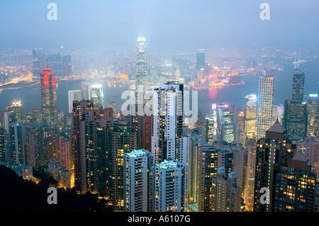 L'île de Hong Kong. La tombée de la vue depuis le Pic Victoria sur les gratte-ciel du centre-ville et le port de Banque D'Images