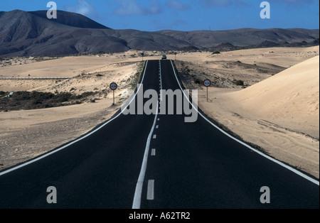 Vide route qui traverse un paysage rural, Fuerteventura, Espagne Banque D'Images