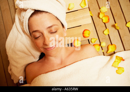 High angle view of a young woman lying in a sauna avec ses yeux fermés Banque D'Images