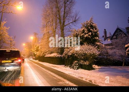 À l'arrêt complet de la circulation en service Green Road, Birmingham Moseley lors d'une forte chute de neige