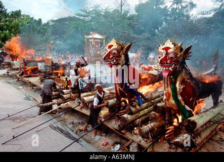 Bali, Indonésie - la crémation rituelle des hindous de haut rang à Sanur beach Banque D'Images