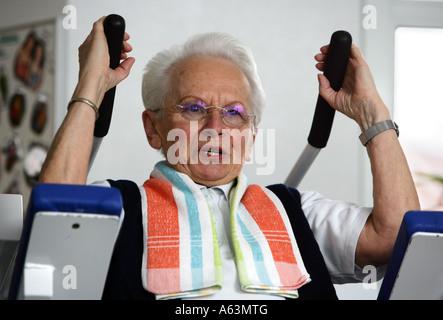 Allemagne - femme aîné trains dans un centre de santé Banque D'Images