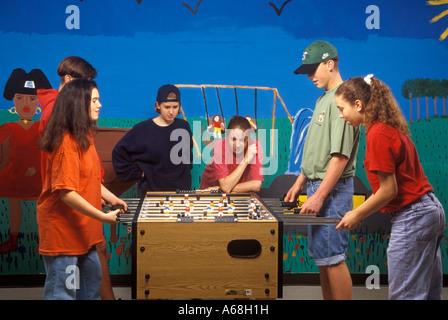Les adolescents jouer au baby-foot Banque D'Images