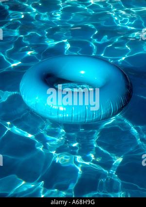 Réflexions sur la piscine de l'innertube Aqua Banque D'Images