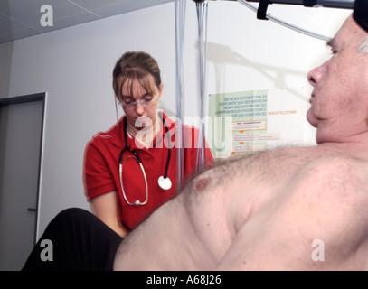 La pression artérielle de l'infirmière a patient Banque D'Images