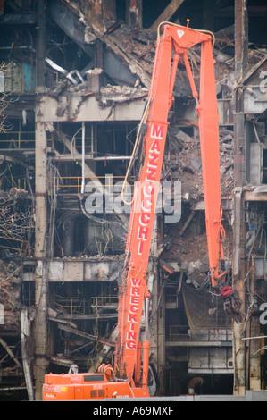 Vue d'une grue de construction à démolir un vieux bâtiment USA Février 2006 Banque D'Images